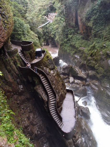 The trail leading up to the Pailón del Diablo waterfalls.